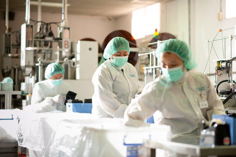 為因應醫療口罩需求,CSD中衛特別將口罩產量提升10%,達到周產440萬片口罩,並在新設香港廠,可減少外銷市場,約有90%口罩產能留在台灣,優先增加台灣供貨量。圖/中衛提供