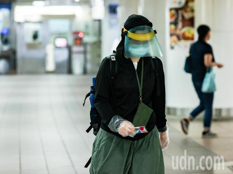 隨著疫情進入三級警戒,至少持續至6月14日,民眾出門在外,除必須戴口罩,許多人也戴上護目鏡,甚至是防飛沫面罩及手套。記者曾原信/攝影