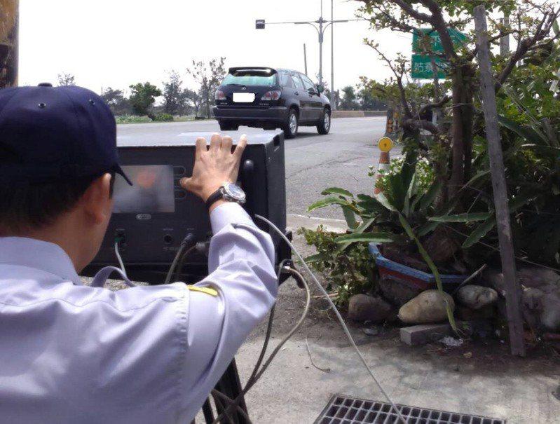 警方執行測速照相時,常被批是在暗處「偷拍」,但警方強調是基仿員警執勤的安全。圖/彰化警方提供