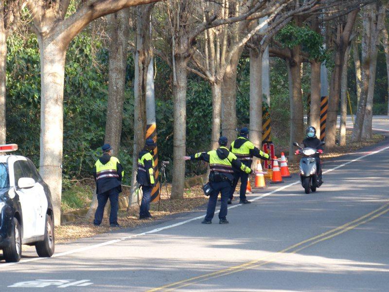 警方在攔查時,員警必須穿著制服,不得於「隱密處」突然衝出,危及自身及駕駛人安全。記者劉明岩/攝影