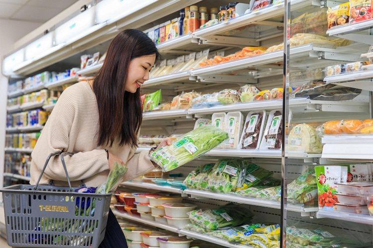 7-ELEVEN積極擴大蔬食規模,於超過1,000間門市導入「天素地蔬」專區,部...