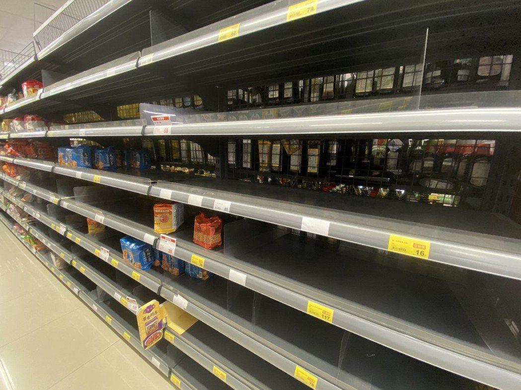 新冠疫情擴散,衝擊民眾生活,泡麵等食品被搶購一空,也有不少民眾因為停業停工沒有收...