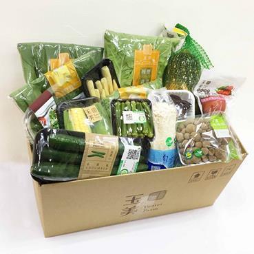 全家便利商店「全+1行動購」推出集結14種蔬菜的「玉美有機蔬菜箱」,售價699元,每日限量500箱。圖/全家便利商店提供