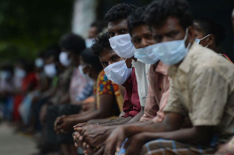 印度新冠疫情持續蔓延,而官方公布的相關數據被指「嚴重低估了」該國疫情的真實規模,印度上周才剛剛打破全球疫情期間單日最高死亡人數的紀錄,不過根據《紐約時報》最新的估計顯示,這一數字很可能仍被低估。法新社