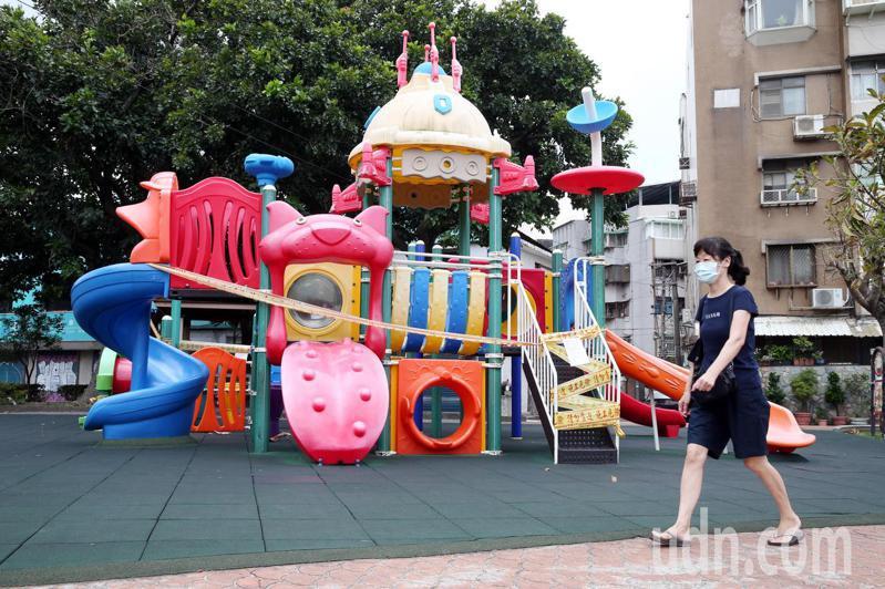 疫情仍未趨緩,因應防疫需求,台北市公園的桌椅和遊樂器材全部封閉,涼亭和溜滑梯都用黃色警戒線圍住封鎖起來。記者邱德祥/攝影