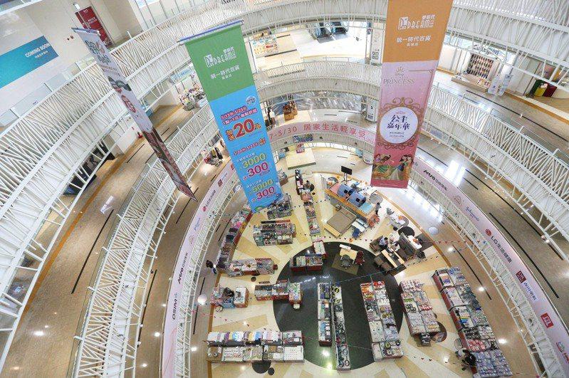 疫情來勢洶洶,百貨商場一片空蕩。記者劉學聖/攝影