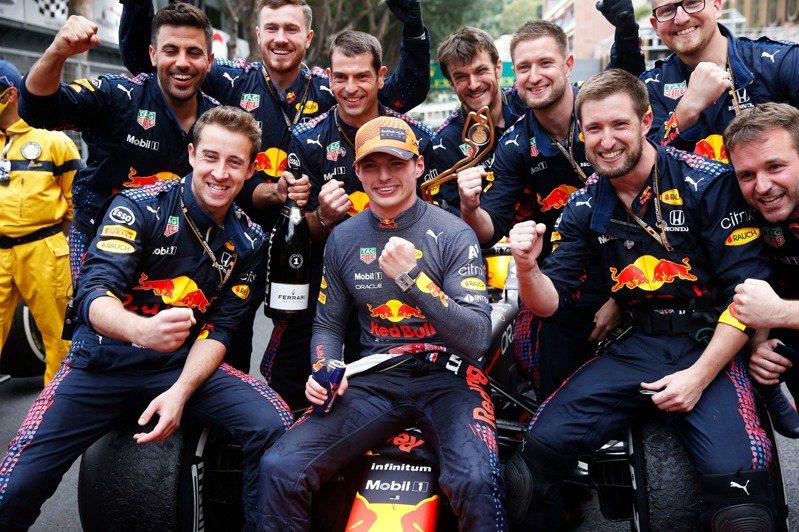 本田車隊的車手Max Verstappen(中)在獲得職涯第12座分站冠軍時,就配戴著Monaco特別版計時腕表。圖/TAG Heuer提供