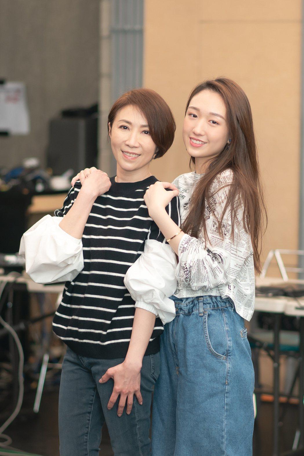 王敏淳(右)日前寫歌送給媽咪李翊君。圖/寬宏藝術提供
