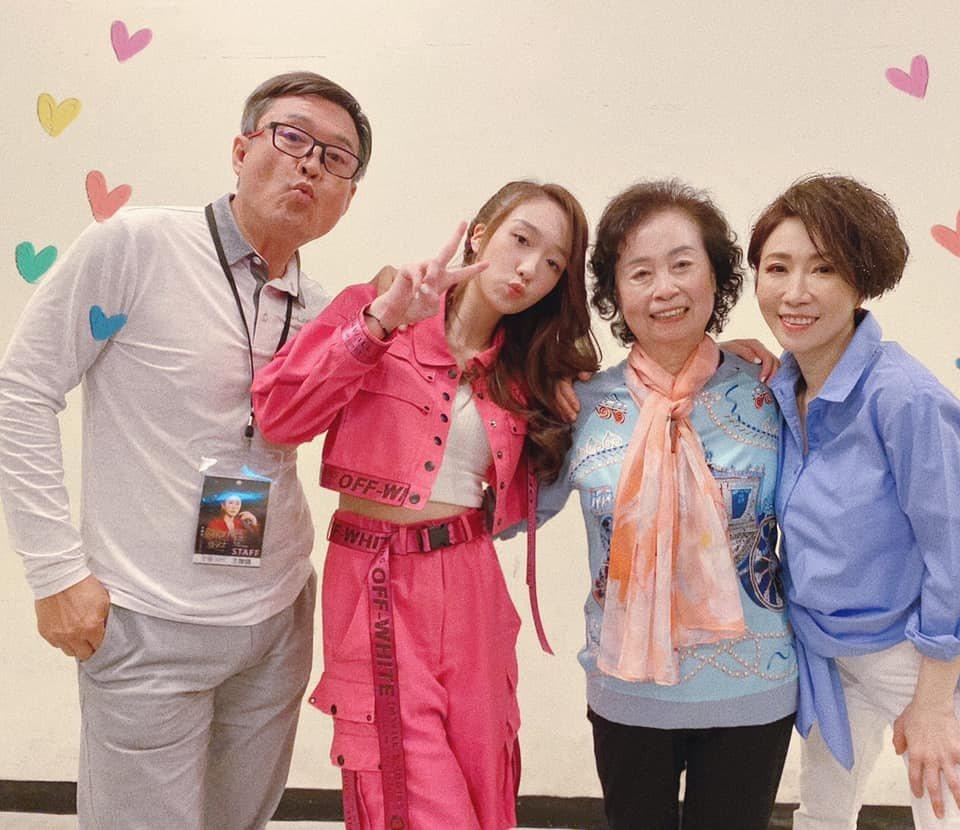 李翊君(右起)跟媽媽、女兒王敏淳、老公檢場都配合防疫宅在家。圖/摘自臉書