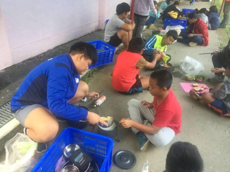 擔任學校柔道隊隊長的羅瑜柔(左),自我要求很高,凡事都能以身作則,也不藏私的熱心協助指導其他同學。圖/太平國小提供