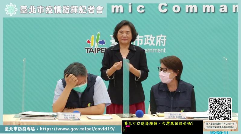 對於大陸國台辦說要免費給台灣疫苗?柯文哲拿起麥克風,想了一下,只問旁邊的北市衛生局長黃世傑,「看黃P要不要回答?」就狂抓頭。圖/引用自直播
