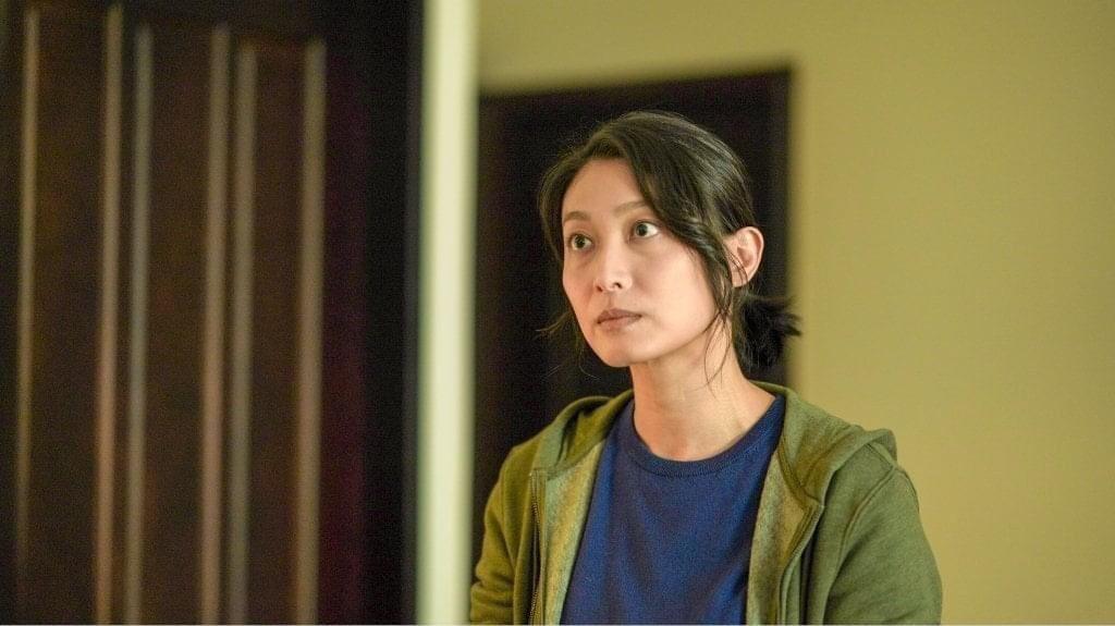 柯奐如在「火神的眼淚」中飾演消防員妻,刻意化妝成有黑眼圈的家庭主婦。圖/公視、m
