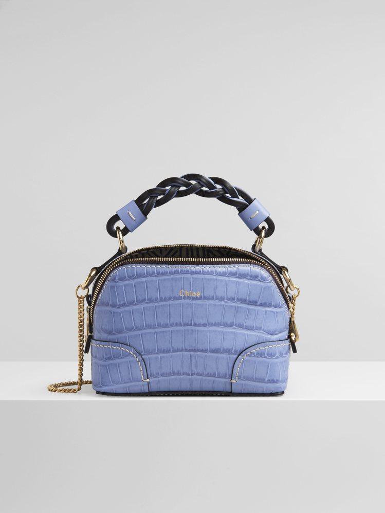 Chloé Daria柔和藍鱷魚壓紋迷你肩背提包,54,800元。圖/Chloé...