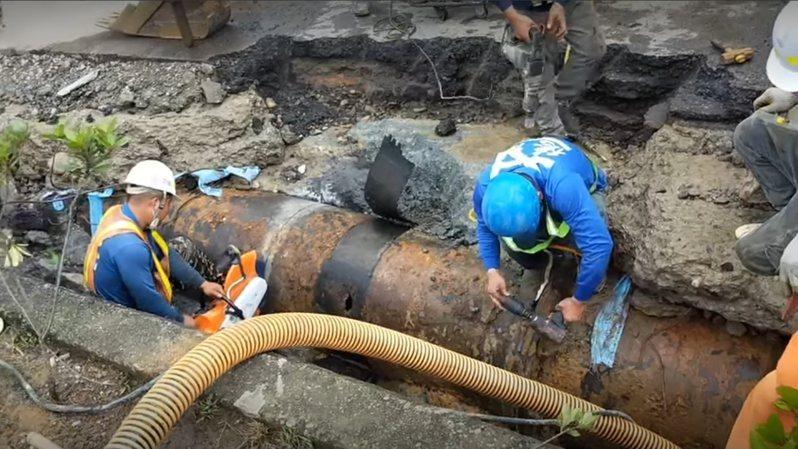 自來水公司派員緊急搶修破管的幹管。圖/擷取徐玉樹議員臉書畫面