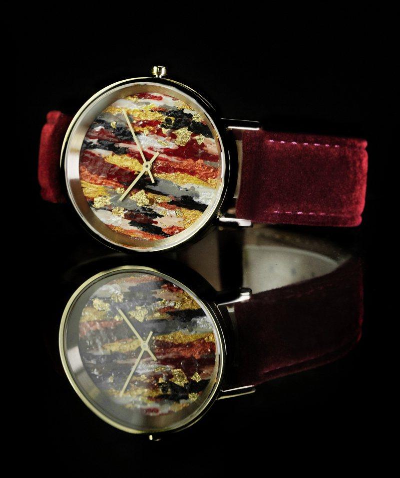 鐘莎媞的腕表創作,使用底漆、丙烯、油畫、金箔為媒材,定價10,800元。圖片 / yunivers hsieh提供。