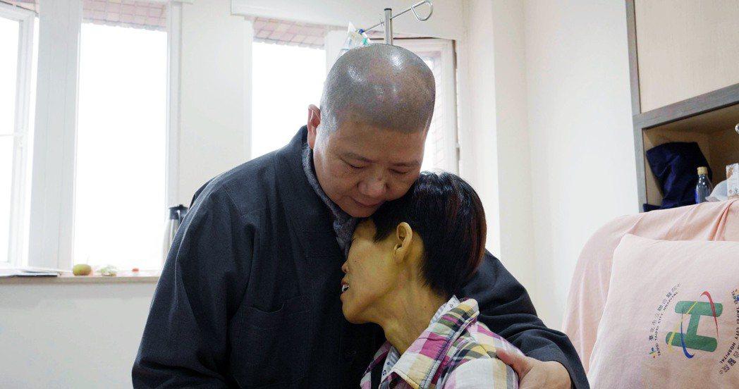 片中末期病人育姍擔心臨走前見不到女兒最後一面。圖/大悲學苑提供