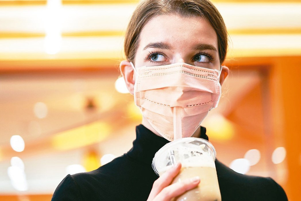 戴著特殊開口設計的口罩,喝飲料時不用脫下口罩。 業者/提供