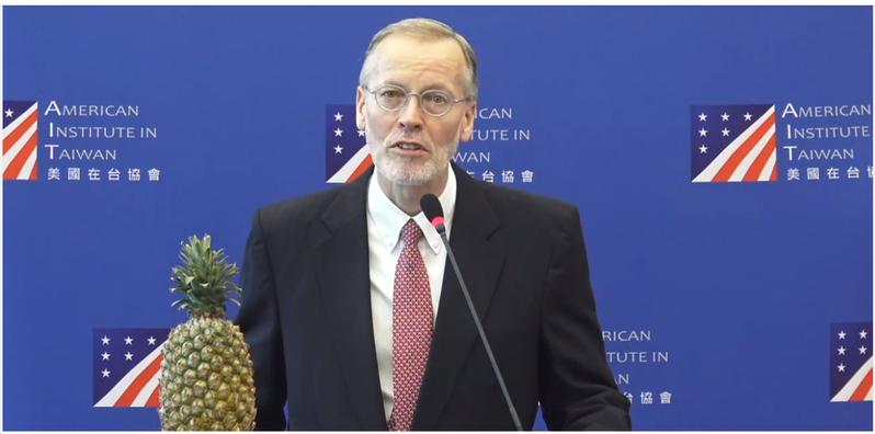 美國在台協會(AIT)處長酈英傑今天發表離任演說。他以鳳梨讚美台灣面對霸凌展現團結,使得霸凌手段適得其反。圖/取自AIT臉書