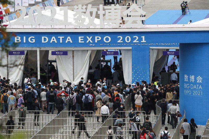 「2021中國國際大數據產業博覽會」5月26日在貴陽開幕,圖為參會者步入「數博會」現場。(新華社)