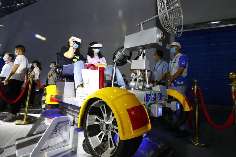「第十二屆中國衛星導航成就博覽會」5 月26日在江西省南昌市舉行,圖為參觀者戴上虛擬現實(VR)眼鏡體驗乘坐「月球車」。( 中新社)