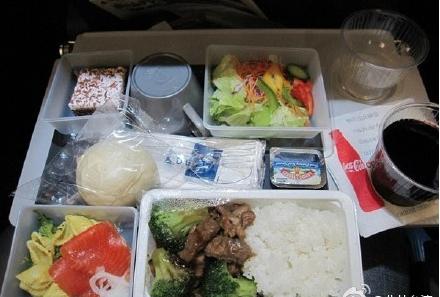 大陸航班明年起停止提供一次性不可降解塑膠製品。圖為南方航空飛機餐。(新浪微博照片)