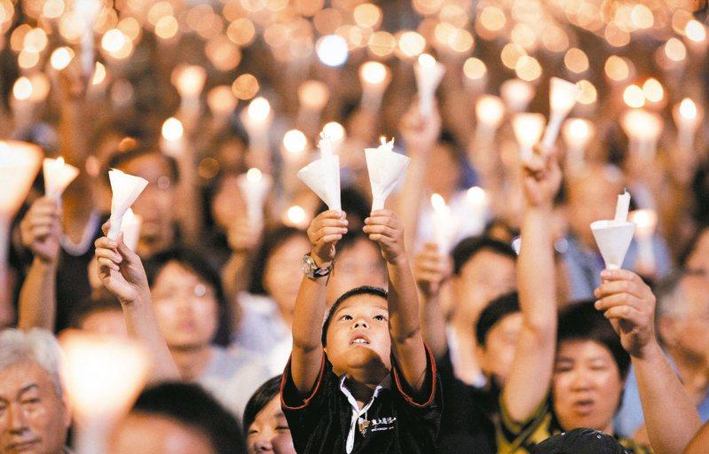 香港紀念六四燭光晚會持續卅年。(法新社資料照片)