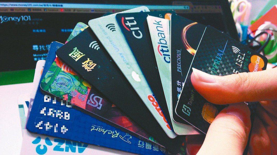 疫情蔓延,以信用卡等零接觸金融交易,刷卡人及銀行都能免去感染風險。(本報系資料庫...
