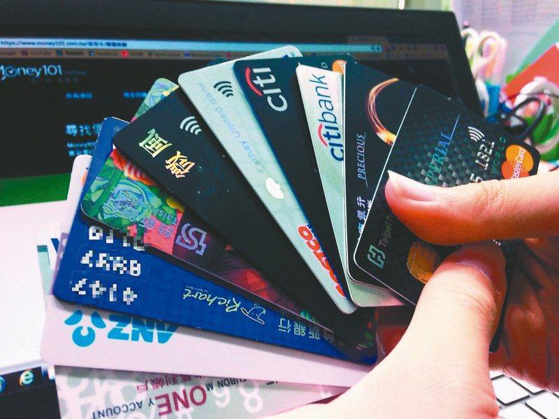 原PO因疫情放無薪假但仍準時收到卡費帳單。示意圖/本報系資料庫
