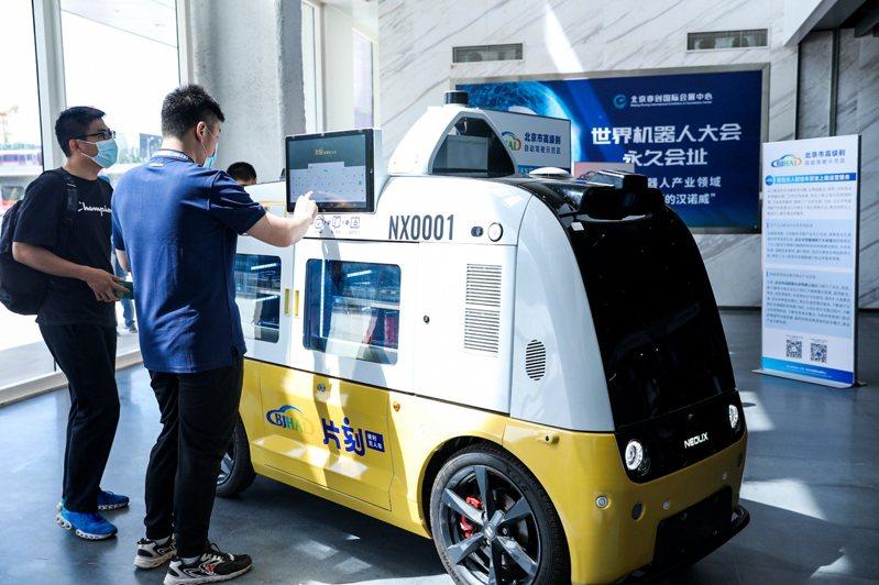 無人配送車合規上路首次在北京實現,北京高級別自動駕駛示範區展示的無人配送車。(新華社)