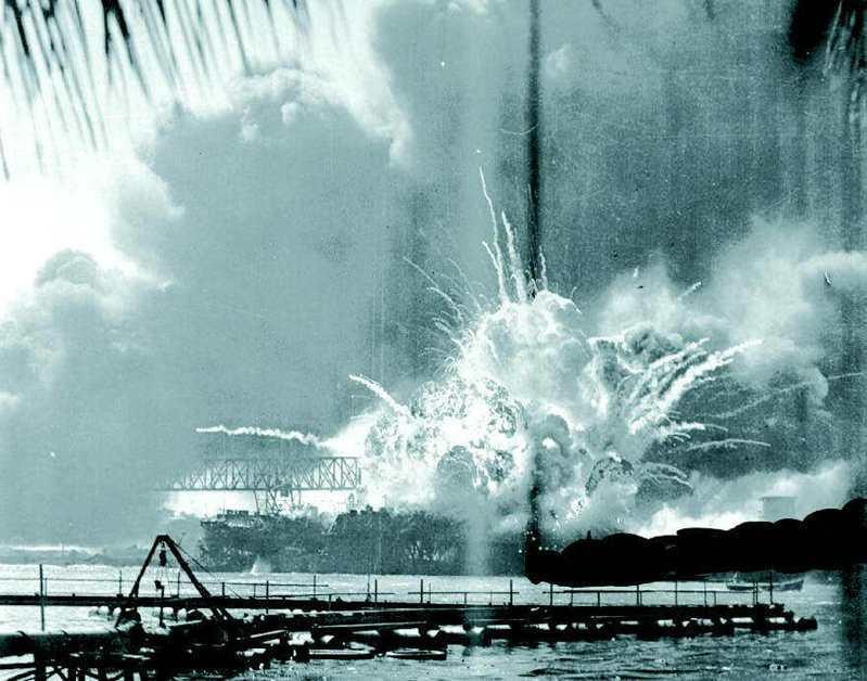 1941年12月7日,日本飛機偷襲珍珠港。圖為美軍驅逐艦梭爾號被炸時煙火熊熊的情景。美聯社