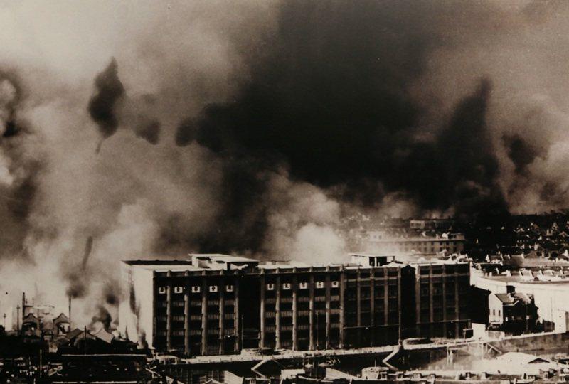 太平洋戰況吃緊,日軍突襲珍珠港同時,發動軍事侵略東南亞,連戰皆捷,圖為松滬會戰期間的四行倉庫周圍硝煙瀰漫。新華社