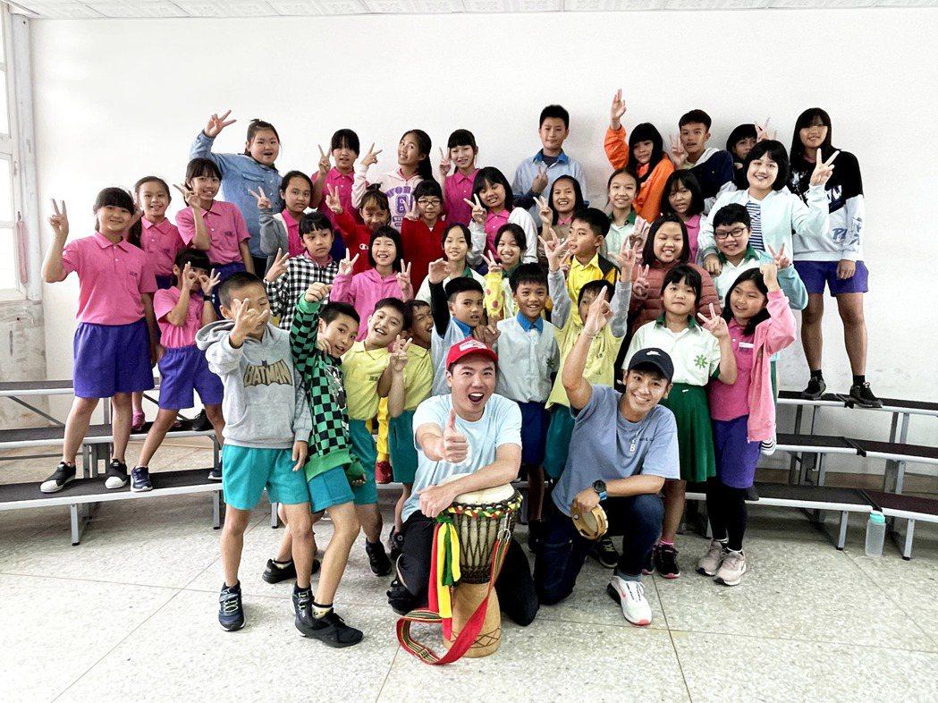 陳布朗(前排左起)、鼓鼓與台東成功國小合唱團合作。圖/相信音樂提供