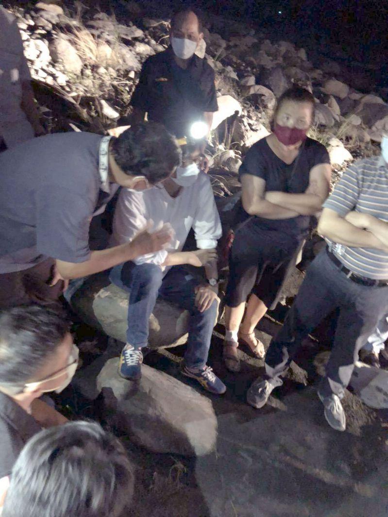 高雄市長陳其邁接獲玉荷包農友反映果樹吃不到水,當晚前往會勘並調動怪手打掉土堤分流。圖/讀者提供