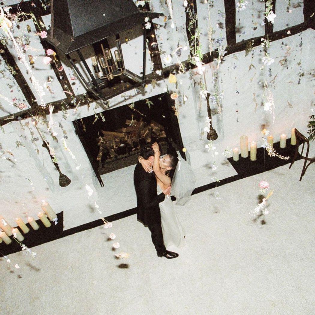 亞莉安娜正式宣布結婚,連秀多張居家的婚禮美照。圖/摘自IG