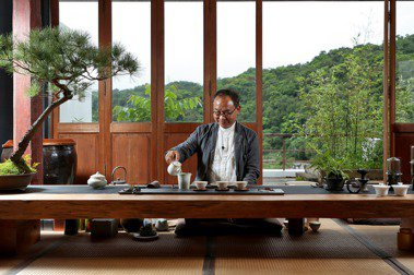 林憲能相當享受在綠意裡,品嘗自己親手做的茶。攝影/余承翰