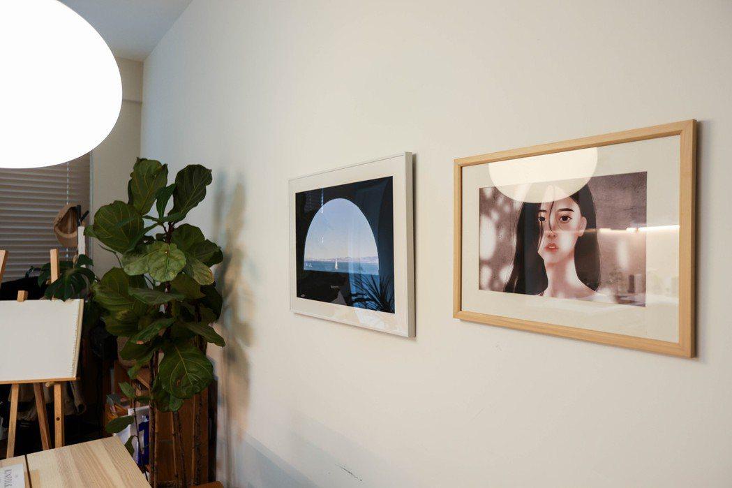 牆上是傑曦的攝影作品和盈青的人像畫作,兩人用作品建立「屬於自己的地方」的感覺。 ...