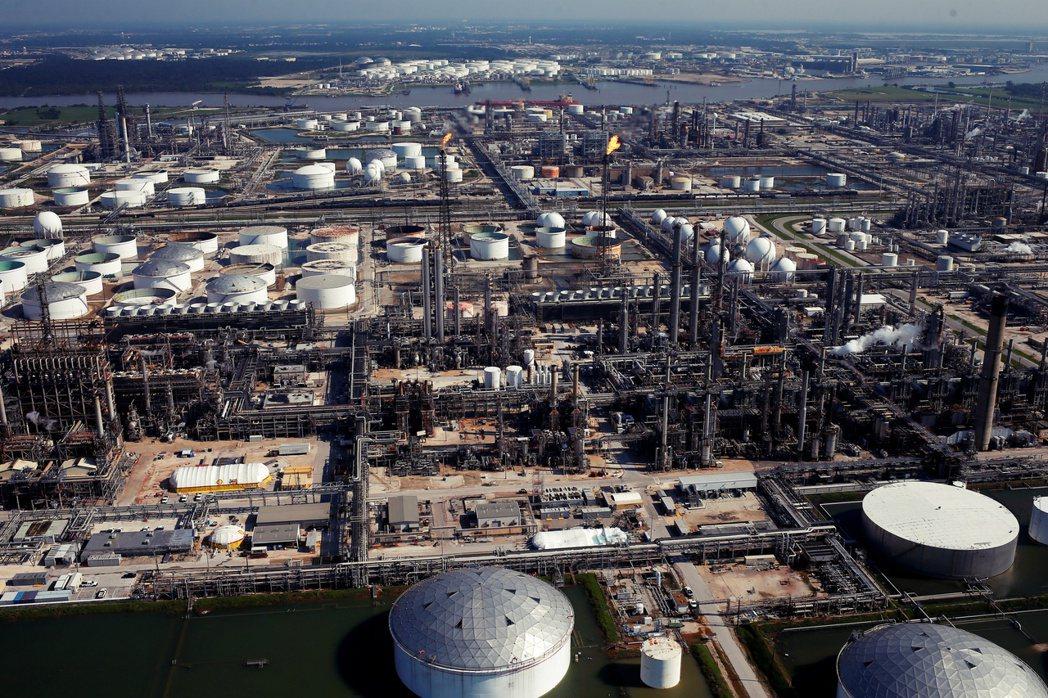 ,地球之友主張殼牌的石油與天然氣產品,對加劇全球暖化與極端氣候變遷「負有直接責任...