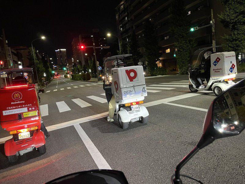 一位日本網友在路口看到速食業者的外送車排成一列,好像準備賽車競速的模樣。圖擷取自twitter