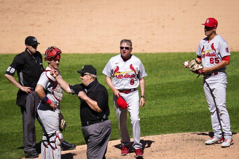 資深主審衛斯特(Joe West)要求紅雀投手蓋拉葛斯(Giovanny Gallegos)更換沾有外部物質的球帽,此舉卻令總教練席爾特(Mike Shildt)大為光火,他在上場抗議後被衛斯特驅逐出場。  美聯社