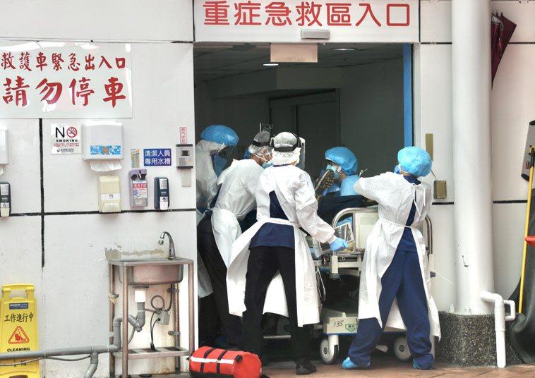疫情持續延燒,台大醫院醫療量能出現滿載不足,台大醫院院長吳明疾呼,院內新冠病患已...