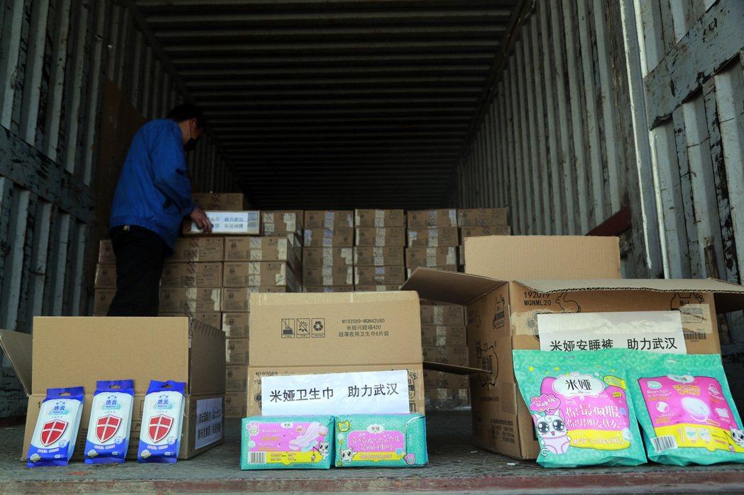 在去年2月,也有許多知名廠商贊助武漢前線醫護人員衛生棉、月經褲等生理用品作為提升...