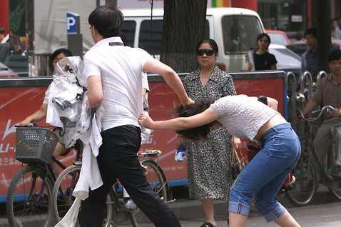 示意圖,圖為1999年北京街頭的當街家暴。 圖/美聯社