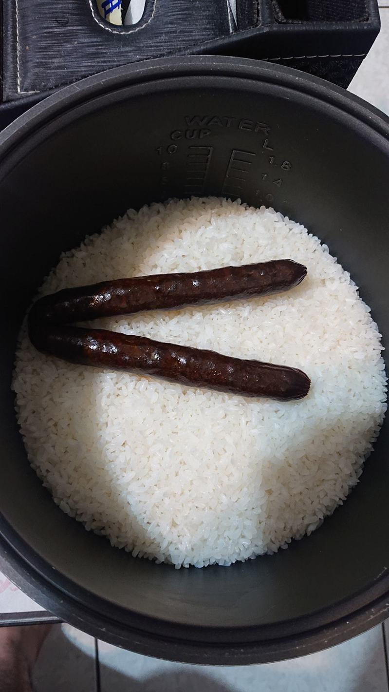 原PO煮飯時加了兩根臘腸一同蒸煮,成果卻令他食慾大減。圖擷自爆怨2公社