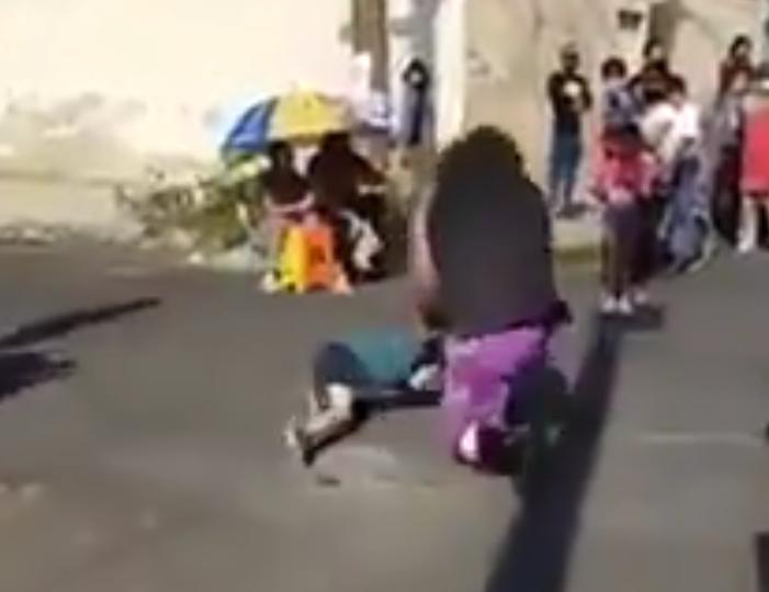 墨西哥職業選手(右)突然將5歲男童摔倒在水泥地上。 擷圖自推特