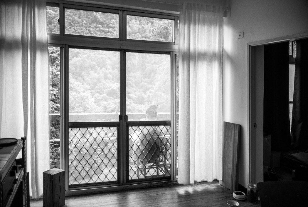 羅柏麟和女友涵葳的早晨閱讀時光,通常在八點半之前,八點半後陽台的陽光會直射,就太...