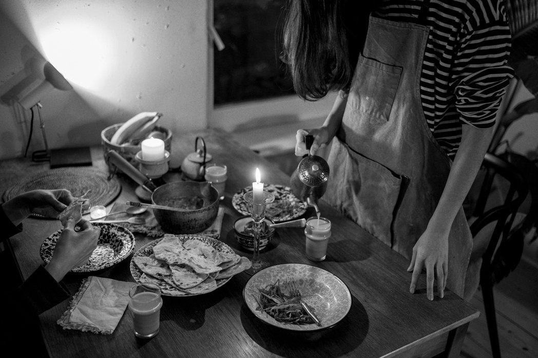疫情期間,在德國柏林的防疫晚餐。這天煮了咖哩、印度烤餅、還有奶茶,為了增加變化與...