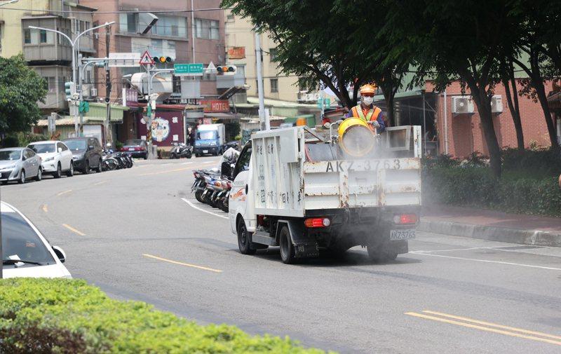 圖為日前新北市消毒人員在中和廣福宮附近做消毒作業。記者潘俊宏攝影/報系資料照