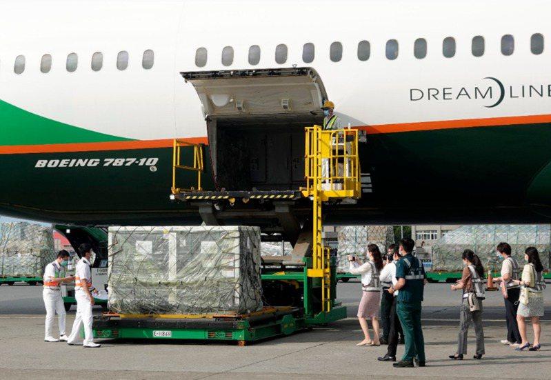 日前我國進口第三批AZ疫苗四十萬劑,也是第二批從COVAX平台取得的疫苗,由長榮航空公司班機從荷蘭阿姆斯特丹運抵桃園機場,關務署台北關關員(左)在機邊驗放。圖/本報資料照