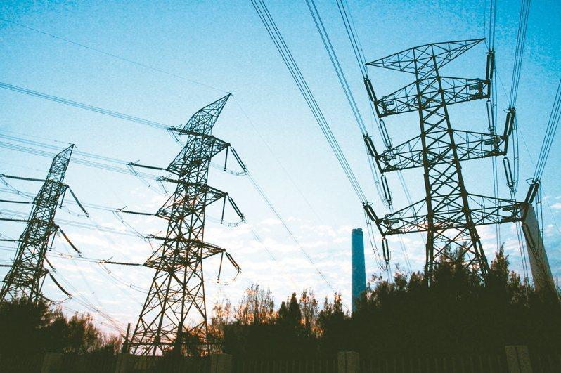 高溫籠罩全台,加上疫情居家就學及辦公、景氣暢旺等因素影響,今(27)日用電量創下歷史新高。 本報系資料庫