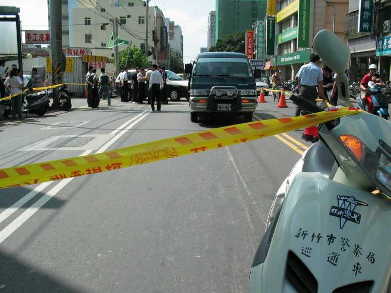 新竹市十信運鈔車在鬧區遭四名持槍歹徒搶走三千多萬元現鈔,警方在現場圍起封鎖線。圖/聯合報系資料照片